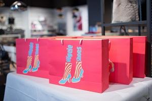 Vögele Shoes Guerilla drapierte Tragetaschen auf einem Tisch